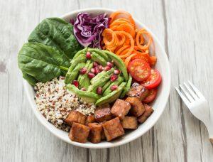 Salade healthy avec du tempeh (graines de soja fermentées)