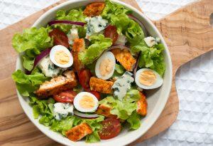 Salade de poulet épicé et fromage bleu
