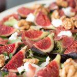 Salade de figues fraiches, chèvre et noix