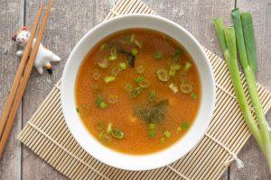 Soupe miso au tofu et algues wakamé
